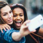 """""""A incrível geração de fotos sorridentes e travesseiros encharcados"""""""