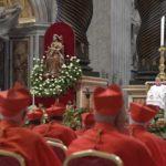 Papa aos novos cardeais: colocar-se aos pés dos outros para servir