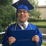 Menino gênio recém-graduado na universidade quer provar a existência de Deus