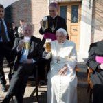 Bento XVI festeja com amigos e familiares seus 90 anos